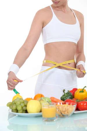 abdomen plano: Mujer medir su cintura Foto de archivo