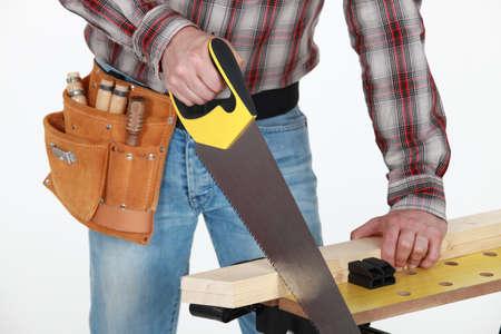 serrucho: El hombre tablón de aserrado de la madera