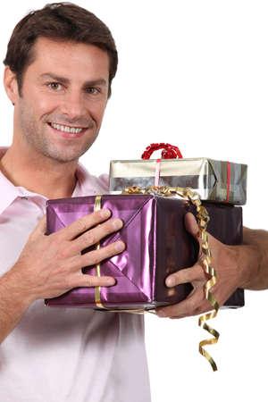 gifts: Man met geschenken Stockfoto