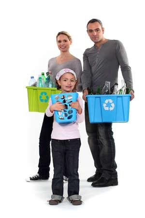 ni�os reciclando: Familia de reciclaje junto Foto de archivo