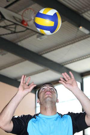 educacion fisica: El hombre jugando al voleibol
