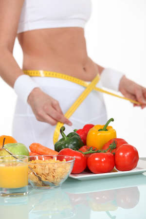 belly pepper: Woman measuring her waistband