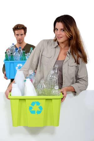 separacion de basura: Pareja joven llevar botellas de plástico