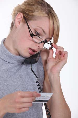 halter neck: Vrouw belt haar credit card maatschappij