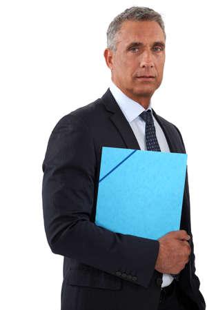carpetas: Hombre de negocios la celebraci�n de una carpeta azul Foto de archivo