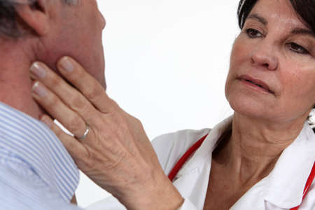 � fond: M�decin examinant son patient Banque d'images