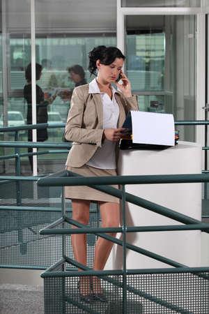 minifalda: Empresaria en el teléfono fuera de una oficina Foto de archivo