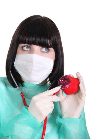 plastic heart: femmina auscultating cuore di plastica
