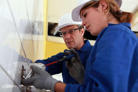 Elektricien en zijn leerling Stockfoto