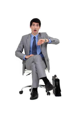 gambe aperte: Shocked businessman guardando al momento