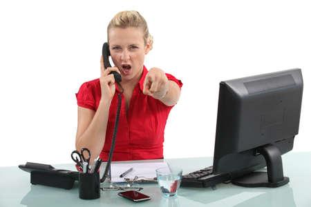 persona enojada: Secretario en el teléfono enojado