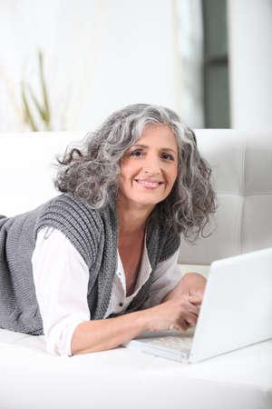 m�s viejo: Mujer mayor con un ordenador port�til Foto de archivo