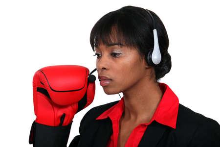 mannequin africain: Femme avec un casque audio et des gants de boxe Banque d'images