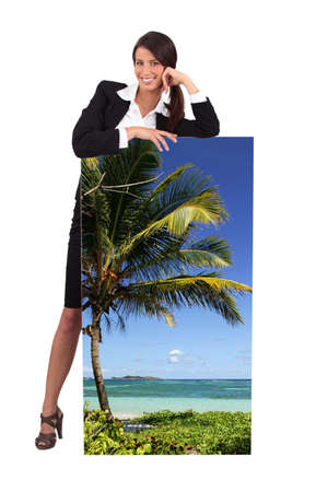 travel agency: Agente con un cartel de una playa tropical