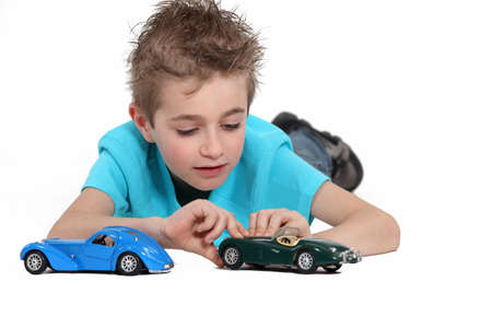 carritos de juguete: Niño jugando con coches de juguete