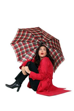 botas de lluvia: Hermosa mujer con abrigo rojo y un paraguas
