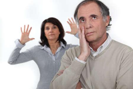 pareja discutiendo: Una pareja de mediana edad que tiene una pelea