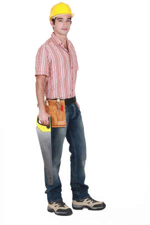 serrucho: Joven trabajador de la madera de pie con sierra de mano