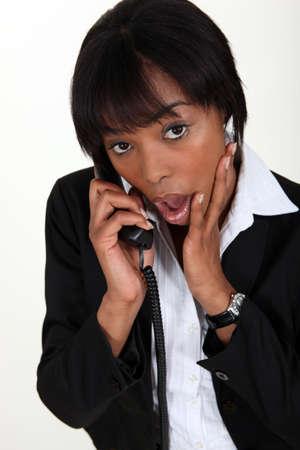 asombro: Conmocionado mujer tomando el teléfono