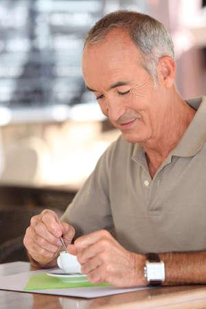 Anciano bebiendo una taza de café Foto de archivo - 13582828