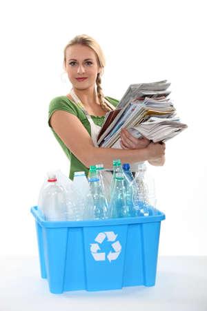reciclaje papel: Reciclaje de papel y botellas de pl�stico Foto de archivo