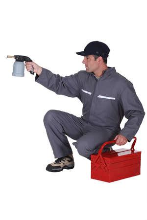 hombre disparando: Trabajador con un soplete