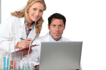 productos quimicos: Los investigadores de salud en el laboratorio