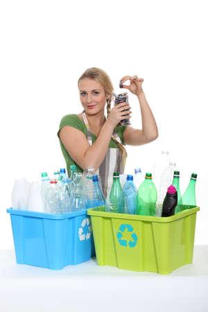 separacion de basura: Botellas antiguas de plástico reciclado de Mujer Foto de archivo