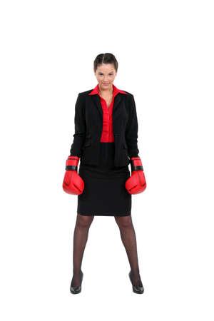 defensa personal: Una mujer de negocios con guantes de boxeo en