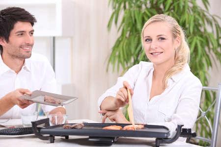 plato del buen comer: un par de comer alimentos cocinados con una plancha eléctrica