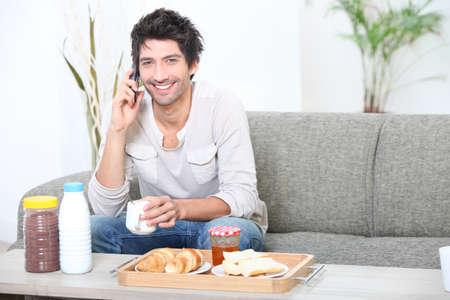persona llamando: retrato de un hombre en el desayuno