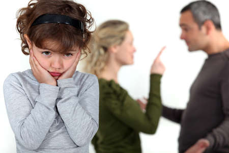pareja enojada: linda niña afligida por los padres