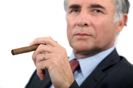 hombre fumando puro: Empresario principal con el cigarro Foto de archivo
