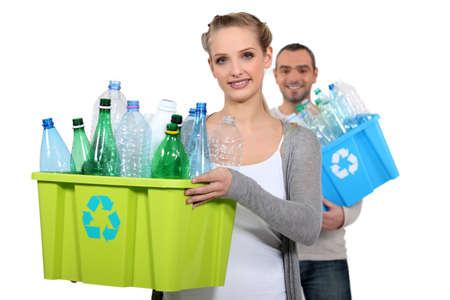 reduce reutiliza recicla: Pareja de sacar el reciclaje Foto de archivo