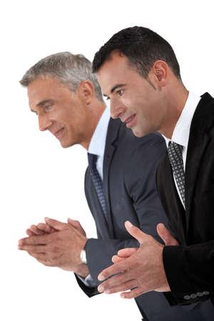 reconnaissance: Deux hommes d'affaires applaudissent