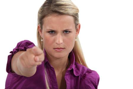 betray: Mujer enojada se�alando con el dedo