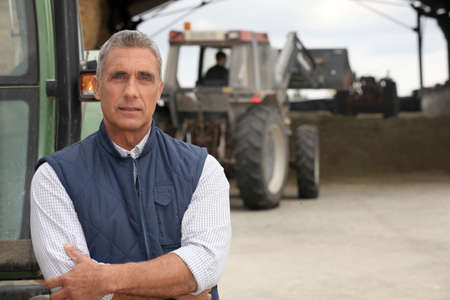 農家: 農民トラクターでの作業