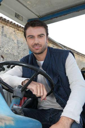 hombre conduciendo: Hombre que conduc�a un tractor