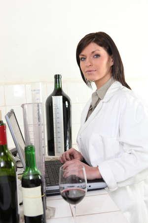 balanza de laboratorio: Experto en vinos Mujer Foto de archivo