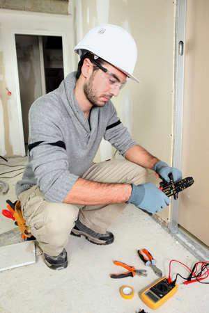 ingenieur electricien: Ing�nieur �lectrique coupant fil Banque d'images