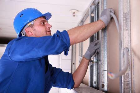 Câblage électricien d'installer Banque d'images
