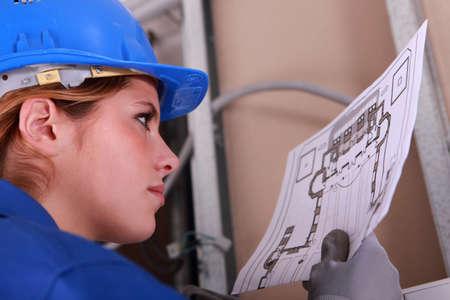 ingenieur electricien: Femme diagramme lecture �lectricien Banque d'images