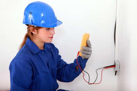 electricista: Mujer que toma la lectura eléctrica