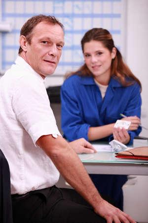 buen trato: Trabajador de la construcción Mujer comprar materiales de construcción de un proveedor