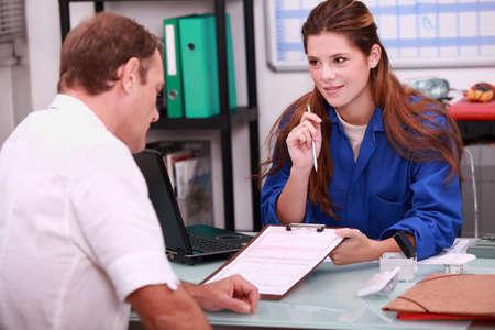 apprenti: apprenti plombier f�minin dans le bureau Banque d'images