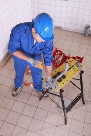 kunststoff rohr: Plumber S�gen Kunststoffrohr Lizenzfreie Bilder