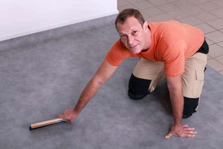 reforming: El hombre instalaci�n de un suelo de lin�leo