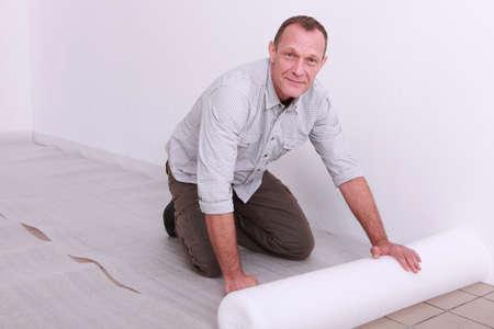 Man putting down underlay photo