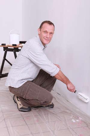 en cuclillas: Pintor con rodillo