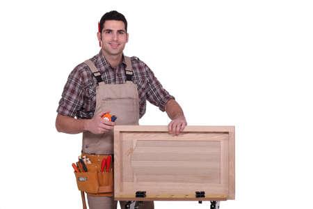 artesano: El hombre la medición de la puerta del armario